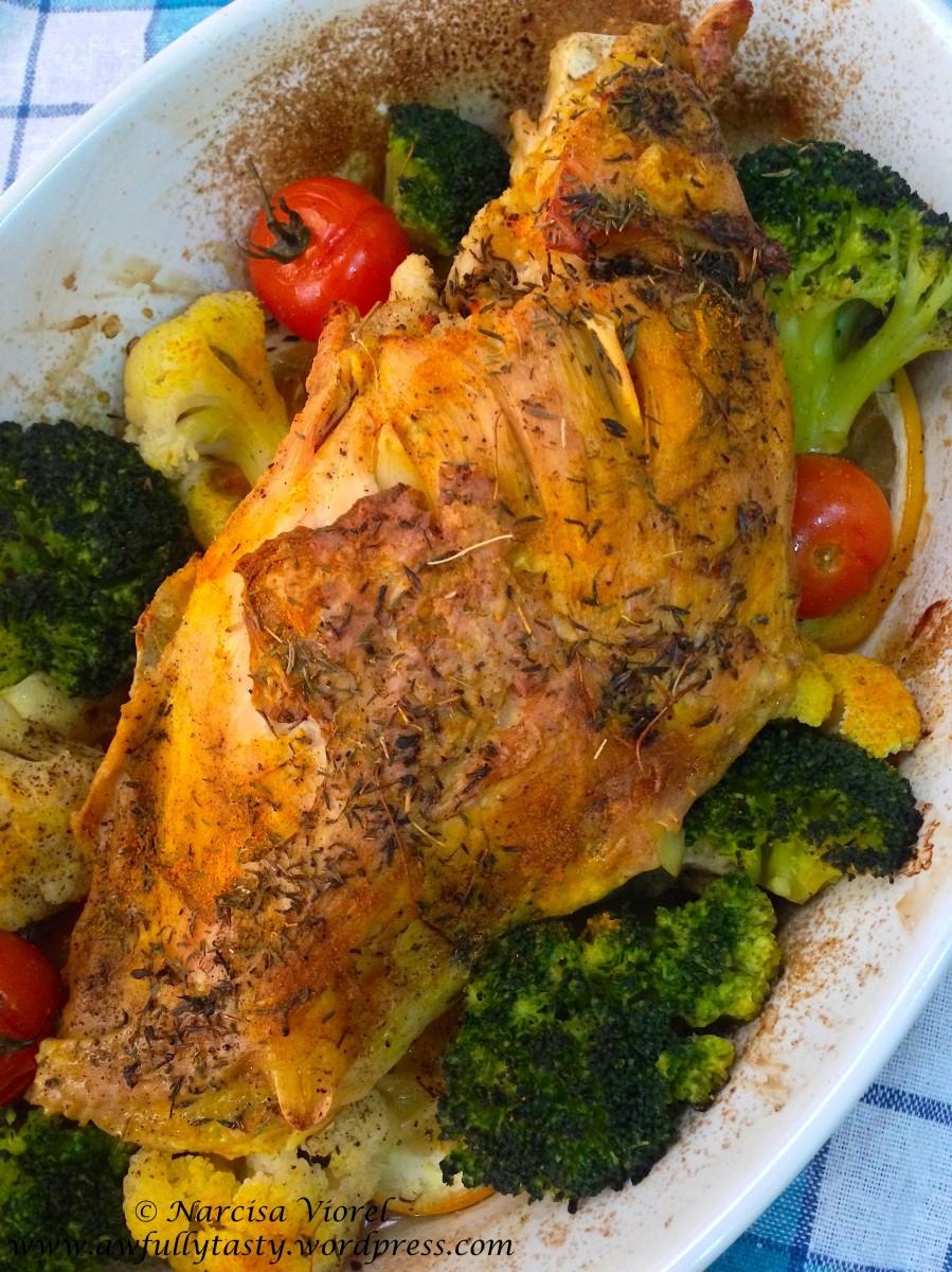 Piept de curcan cu broccoli, conopidă, lămâie și cimbru la cuptor