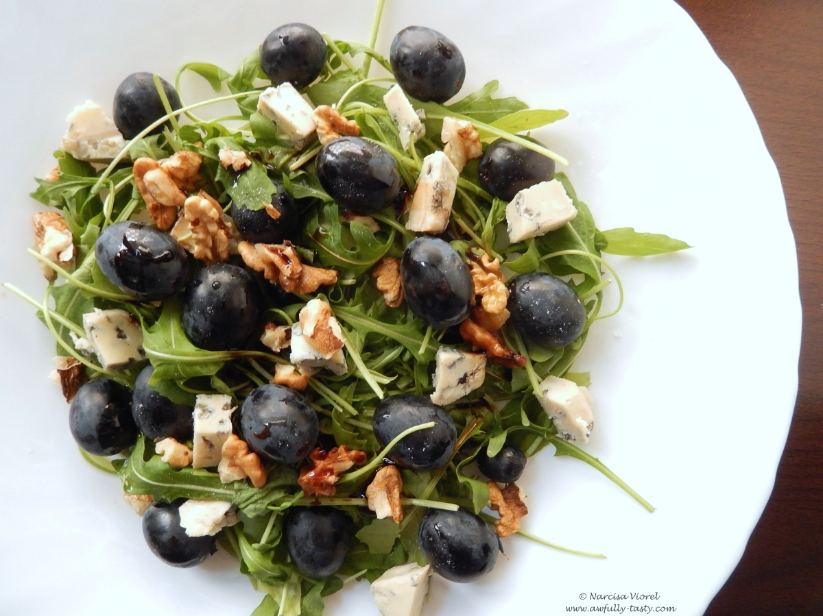 Salată cu gorgonzola, struguri negri și nuci