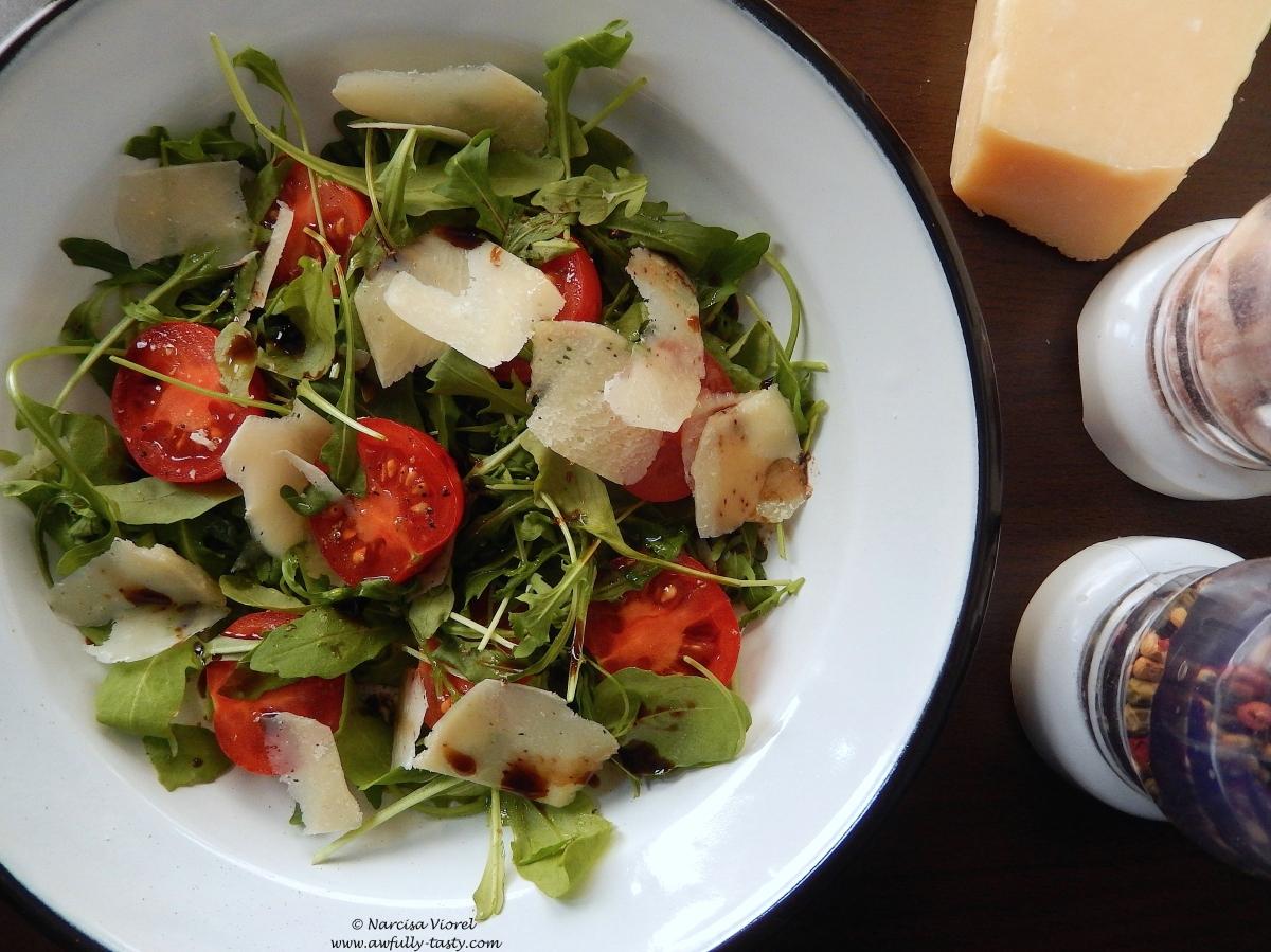 Salată de rucola, roșii cherry și parmezan